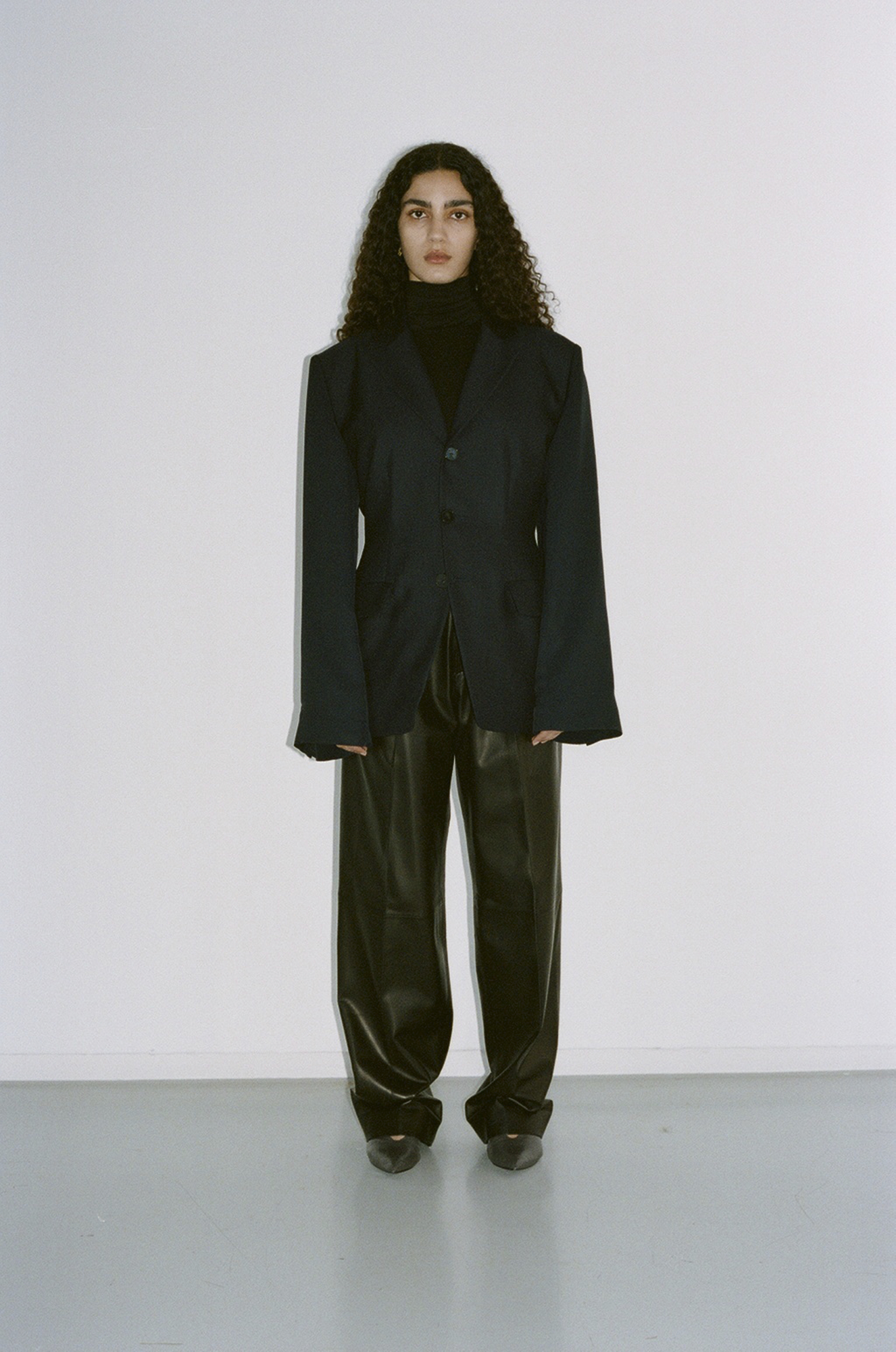 GAUCHERE Fall Winter 2021 Paris Fashion Week LOOK 2 Jacket TALLY, Body TILO, Trousers TANHA, Shoes PILLOW PUMP