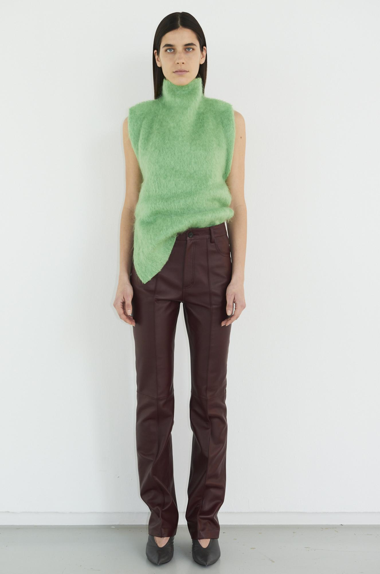 GAUCHERE Fall Winter 2021 Paris Fashion Week LOOK 18 Top TAHNEE, Trousers THALEE, Shoes PILLOW PUMP